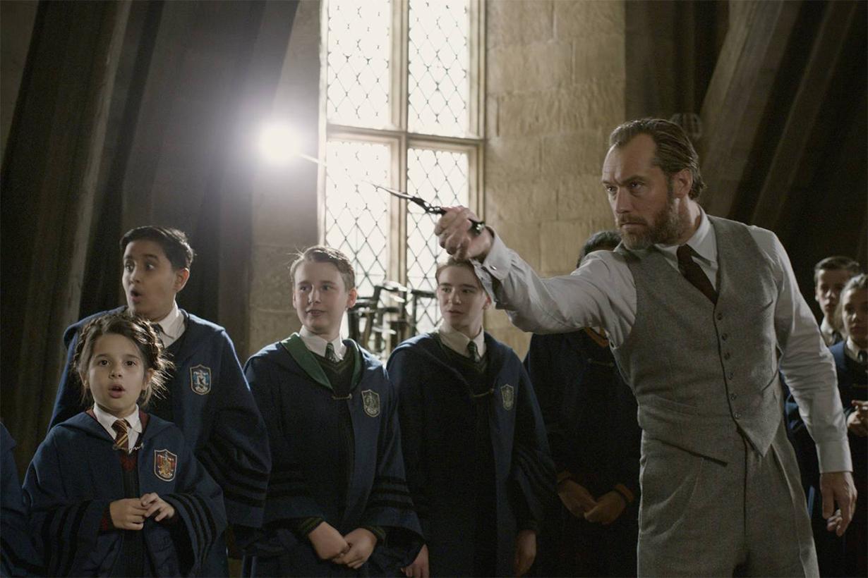 Fantastic-Beasts-Costumes-Hogwarts Uniform