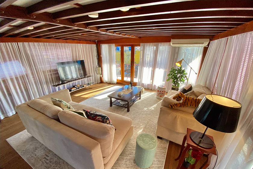 hong kong staycation British-styled Luxury Vintage Houseboat Experience in Aberdeen klook